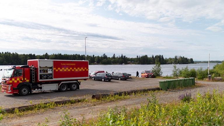 Räddningstjänsten på plats efter flygolyckan utanför Umeå.