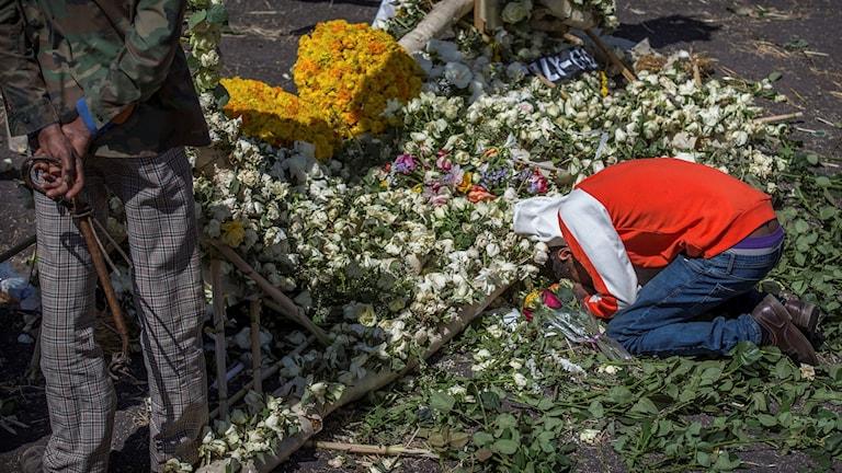 Sörjande vid minnesplats för offren i flygolyckan