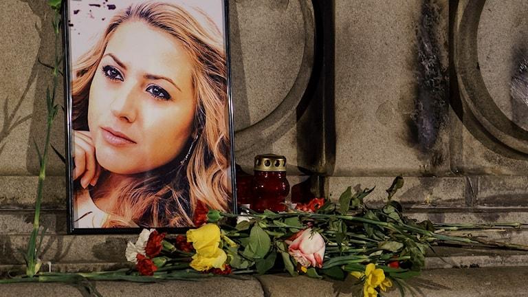 Ett porträtt av den mördade Viktoria Marinova i Ruse, Bulgarien. Foto: Filip Dvorski/TT.