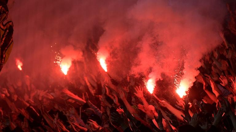 AIK-supportrar bränner bengaler.