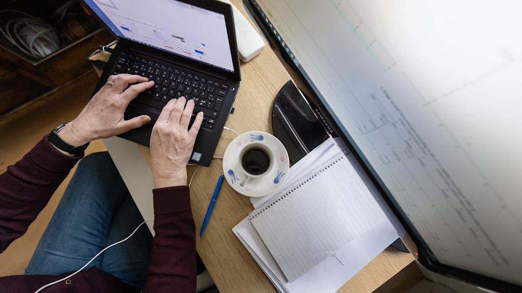 En kvinnas händer syns på tangentbordet till en laptop.