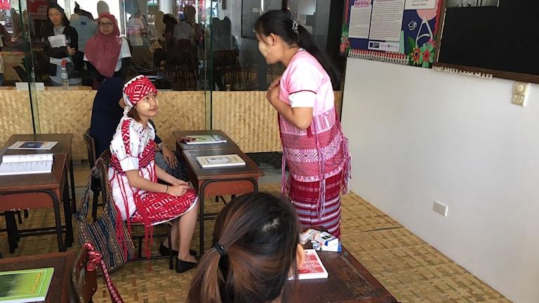 Elever i klassrum i skola för flyktingar i Thailand.
