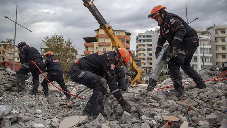 Räddningstjänst letar efter överlevande i Durres.