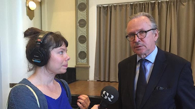 Alpo Rusi, författare och pensionerad finländsk diplomat, intervjuas av Sveriges Radios korrespondent Thella Johnson.