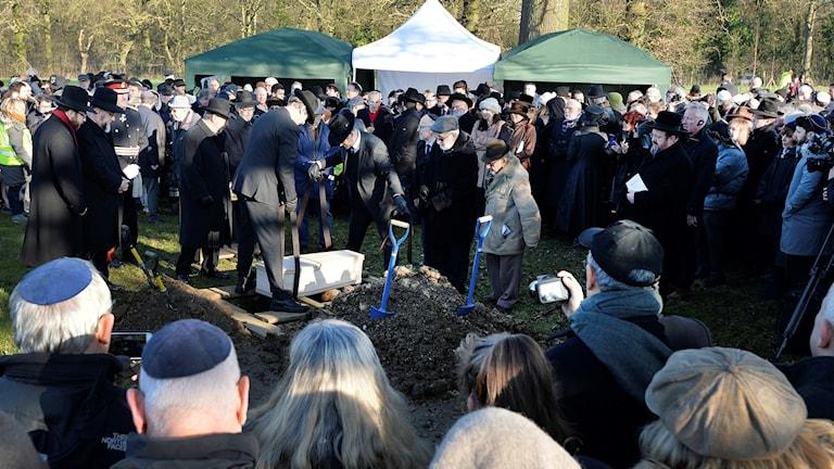 Kvarlevorna efter sex okända offer för förintelsen begravs.