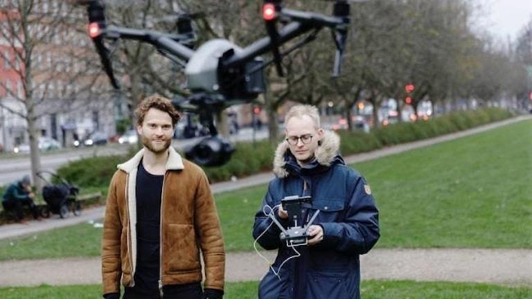 Två män flyger med drönare.