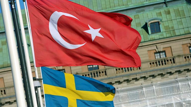 Turkisk och svensk flagga.