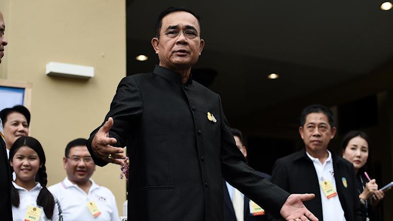 Thailands premiärminister Prayut Chan-O-Cha pratar med journalister i Bangkok.