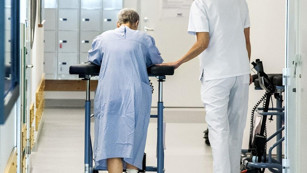 två personer i en sjukhuskorridor