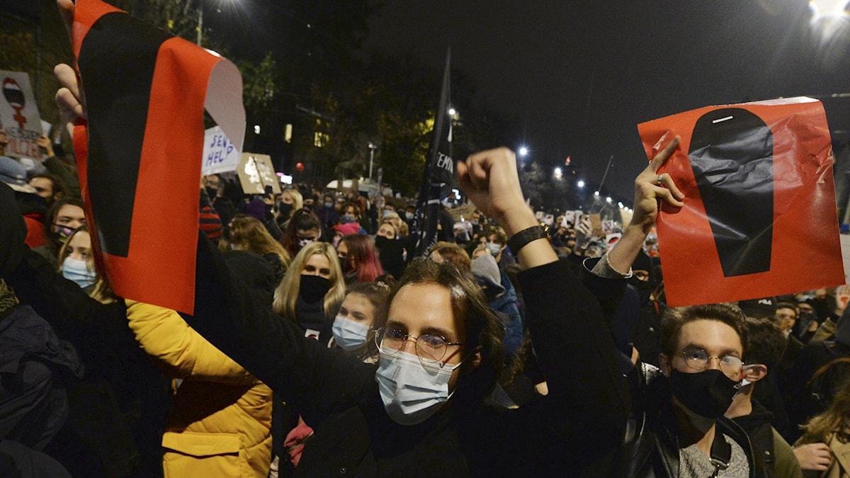 Demonstranter utanför vice premiärminister Kaczynskis hem i Warszawa i går.