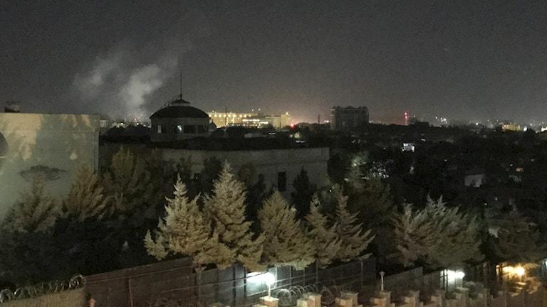 Rök i Kabul efter dådet mot USA:s ambassad.