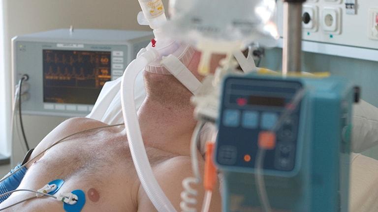 Man får syrgas på hjärtintensiven. Genrebild vård