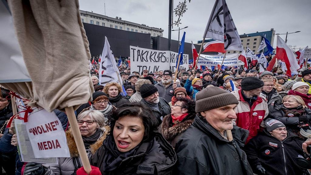 Demonstrationer mot det styrande nationalkonservativa partiet Lag och rättvisas (PiS) hårdnande grepp om samhället.