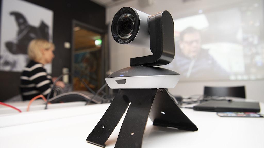 En kamera som filmar ett digitalt möte.