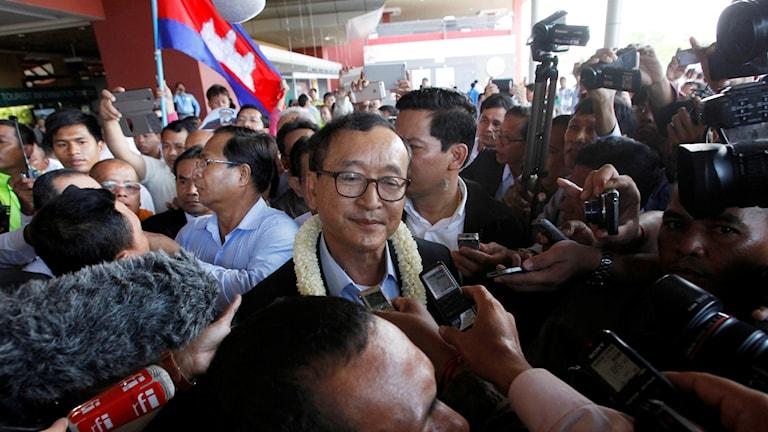 Politiker Sam Rainsy flyr Kambodja.
