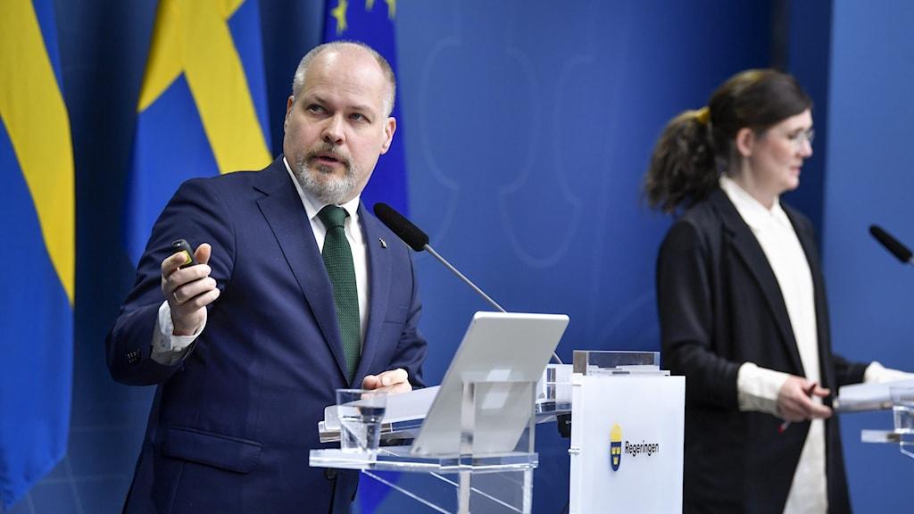 Justitie- och migrationsminister Morgan Johansson och Märta Stenevi, jämställdhets- och bostadsminister
