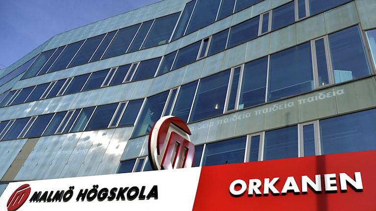 Bilden visar skylten över ingången och en del av glasfasaden på Malmö högskola. Foto: Johan Nilsson/TT