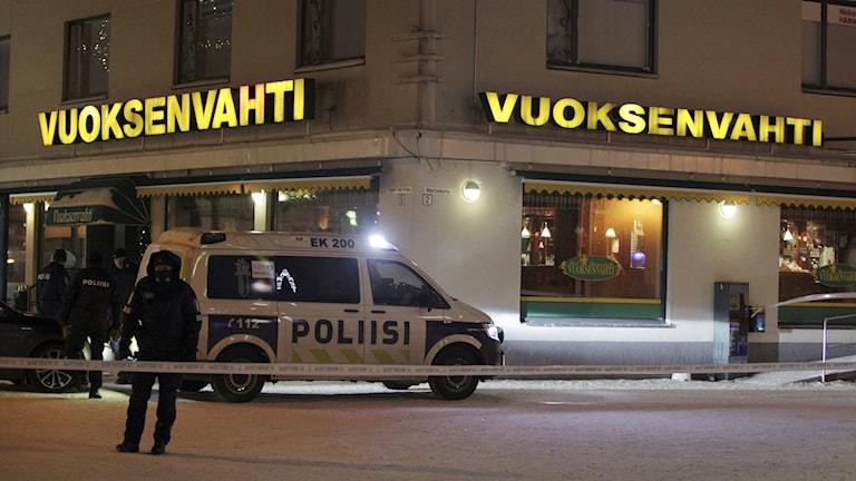 Poliser står utanför den restaurang där tre kvinnor sköts till döds.
