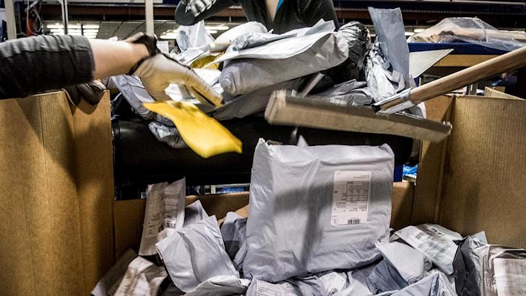 Många paket i en låda vid Postnords terminal