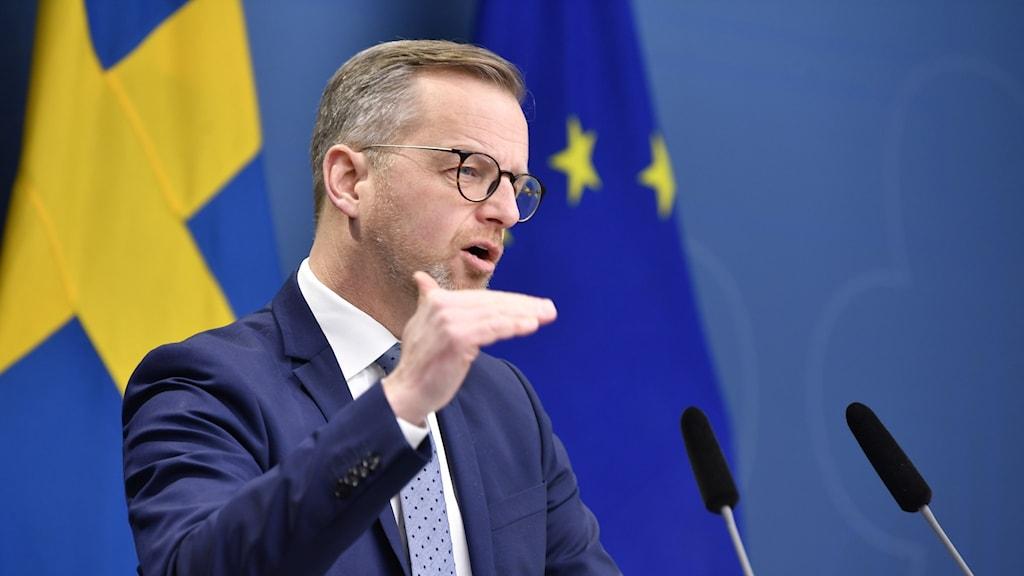 Inrikesminister Mikael Damberg talar på en pressträff om gängkriminaliteten första februari.