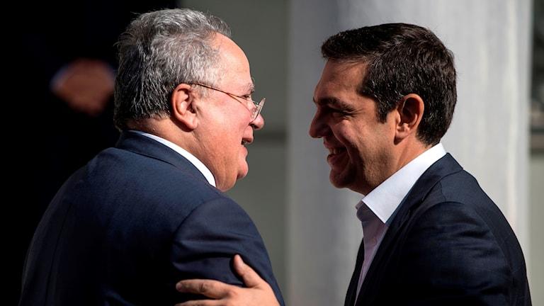 Greklands premiärminister Alexis Tsipras och den nyss avgångne utrikesministern Nikos Kotzias.