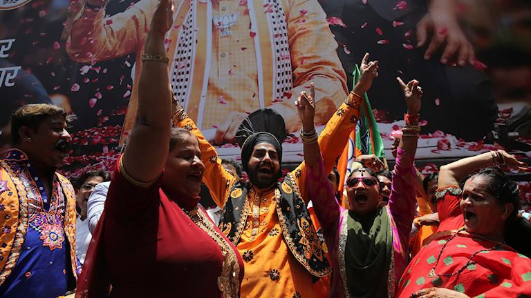 Anhängare till Indiens premiärminister Narendra Modi firar efter att tidiga siffror tyder på positiva resultat.