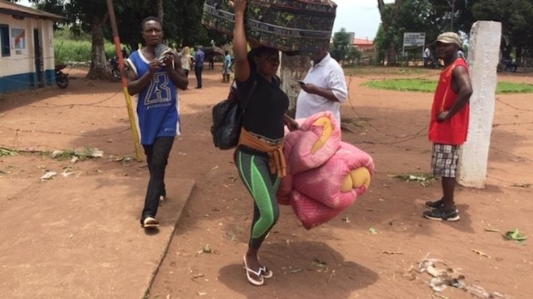 Kongoleser som drivits bort från Angola vandrar genom gränsen till Kongo-Kinshasa.
