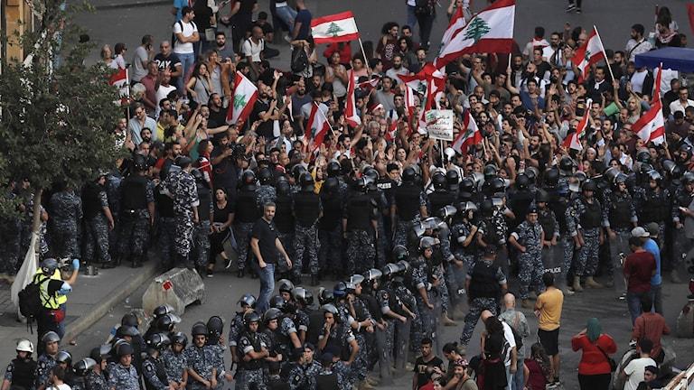 Libanesisk kravallpolis står mellan hizbollahföljare och folk som protesterar mot regeringen.