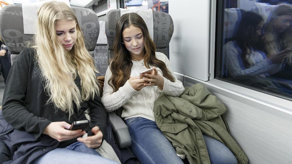 Tonåringar på tåg.
