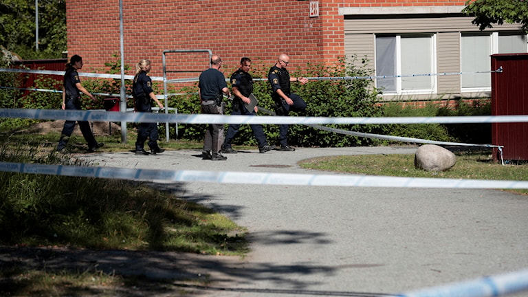 Två personer har avlidit efter skottlossningarna i Vivalla på tisdagskvällen. En person är anhållen misstänkt för mord.