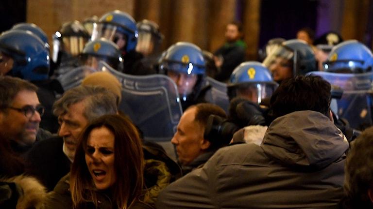 Demonstranter och poliser drabbar samman i Macerata, Italien.
