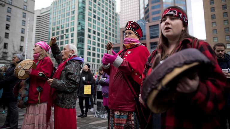 Kvinnor tillhörande ursprungsbefolkning går med i Women's March i Vancouver 2019.