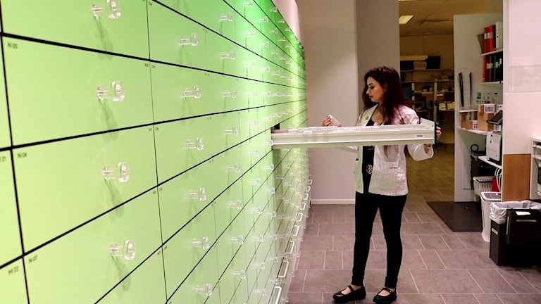 Azadeh Karami jobbar som apotekare på Apoteket Scheele