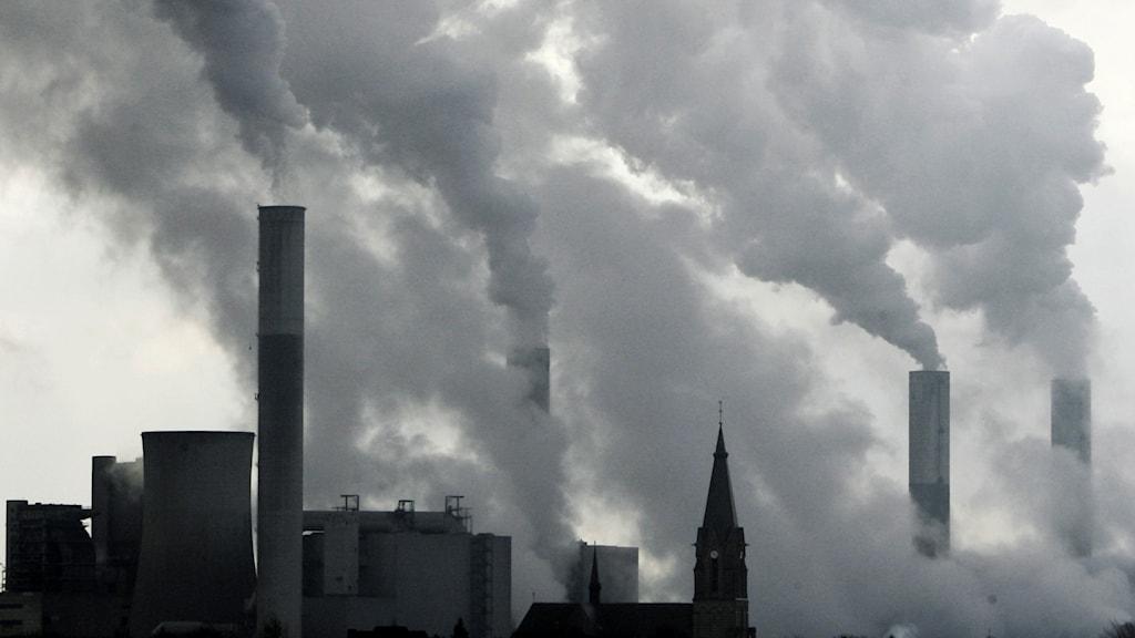Ett kolkraftverk med rök.