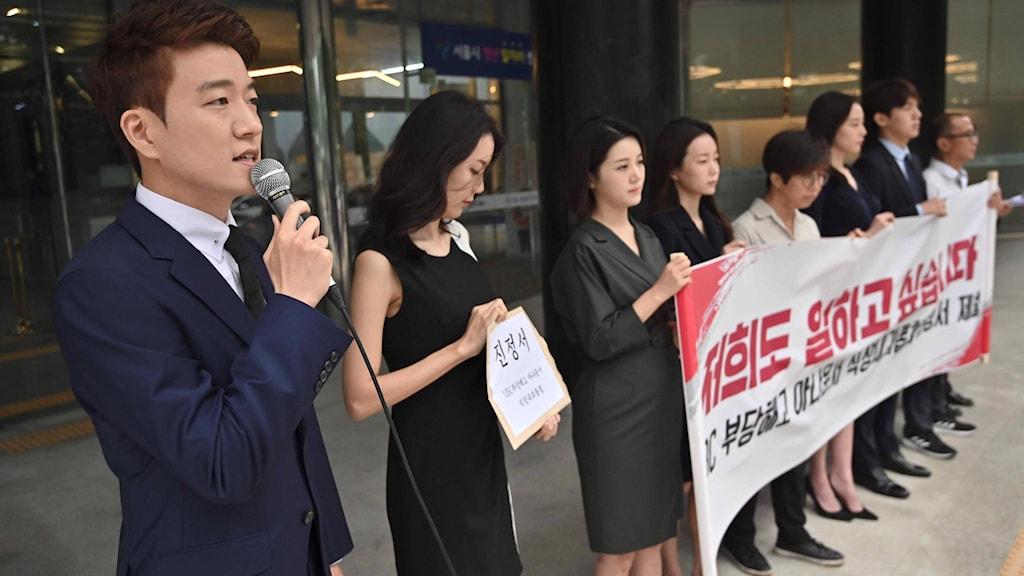 Mediearbetare protesterar mot trakasserier på arbetsplatsen.