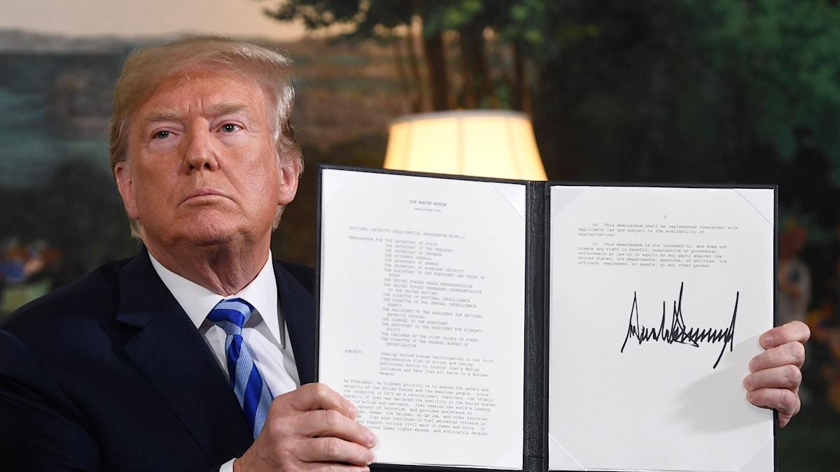 Trump signerar att USA drar sig ur avtalet med IRan