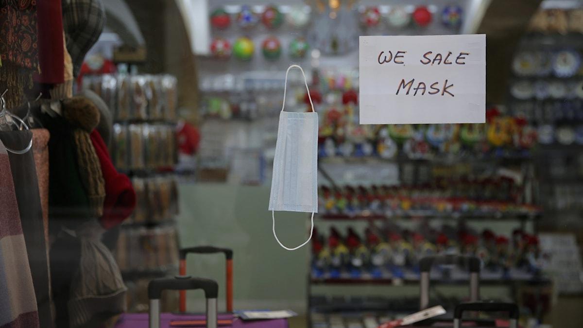 Ett skyltfönster som signalerar att de säljer skyddsmasker.