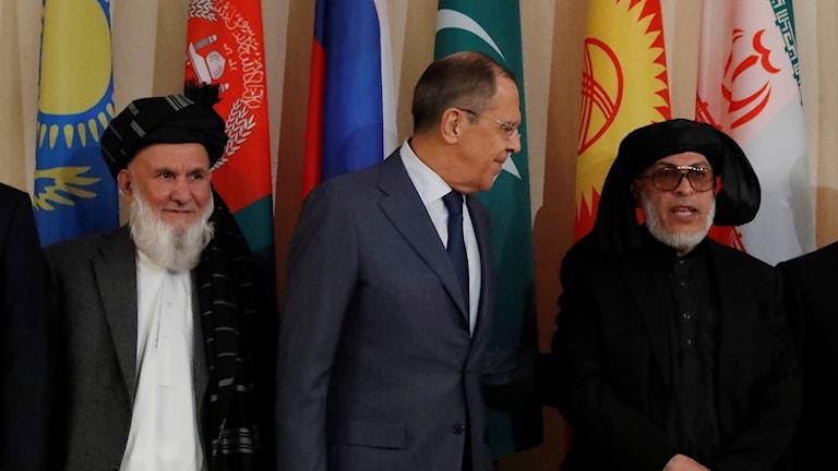 Hajji Din Mohammad, chef för Afghanistans delegation, Rysslands utrikesminister Sergej Lavrov och Mohammad Abbas Stanakzai, chef för talibanernas politiska råd i Qatar.