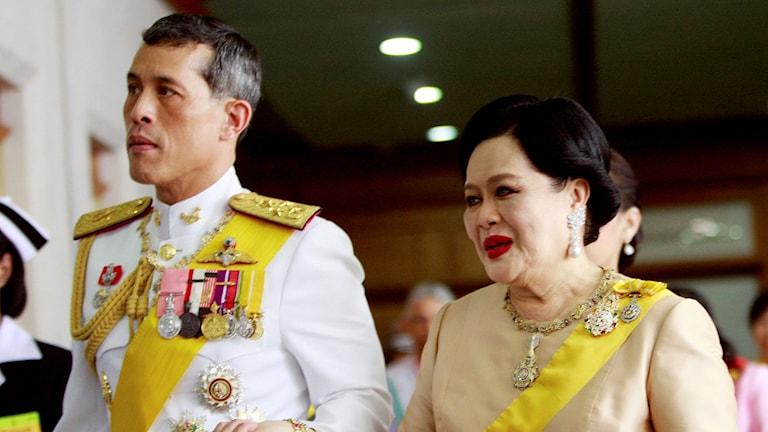 Den nye kungen Vajiralongkorn tillsammans med sin mor, drottning Sirikit.