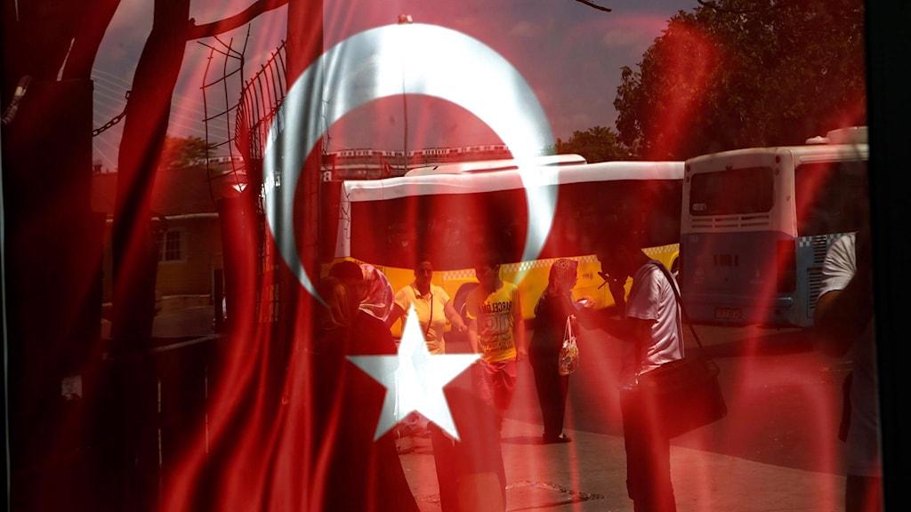 Turkisk flagga reflekterad i glasruta