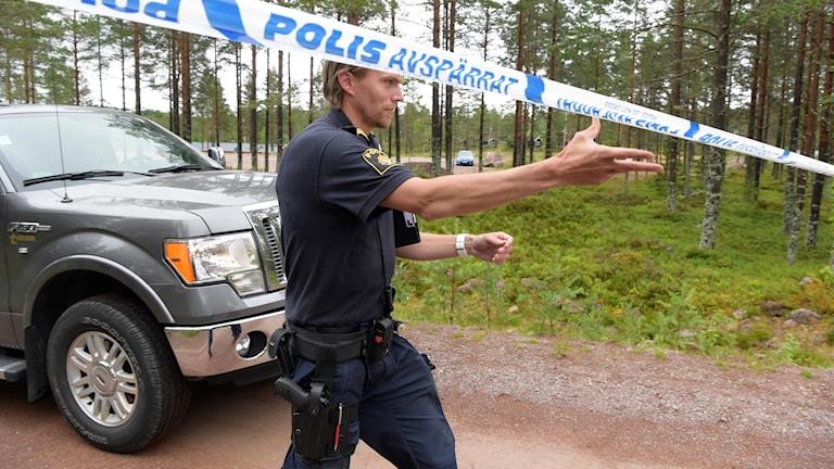 Polis spärrar av ett område vid Orsa Rovdjurspark i samband med dödsolyckan där.