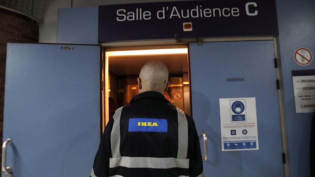 En av Ikeas anställda utanför rättssalen i Versailles rådhus utanför Paris.