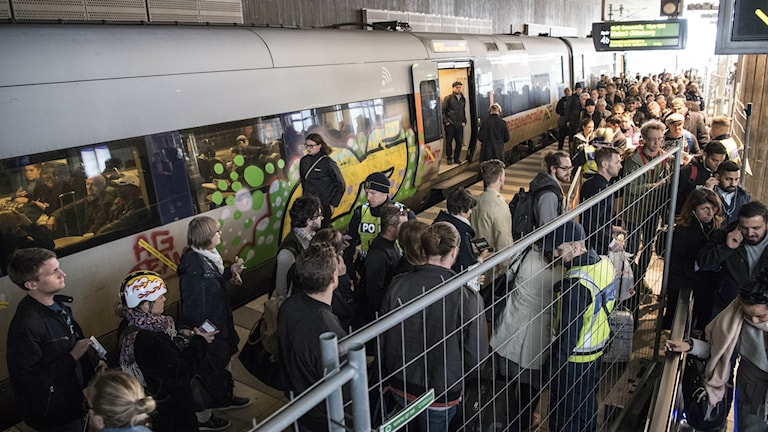 Bilden visar passagerare på perrongen på Hyllie station, under gränskontroll. Foto: Johan Nilsson/TT.