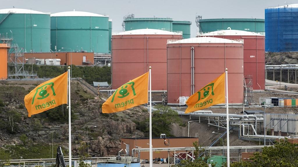 Fotografi över Preems oljeraffinaderi i Lysekil.