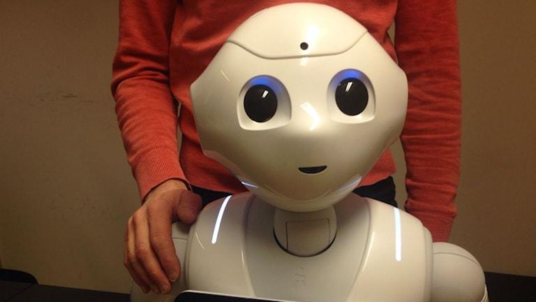 Roboten Pepper lär sig kommunicera mer mänskligt.