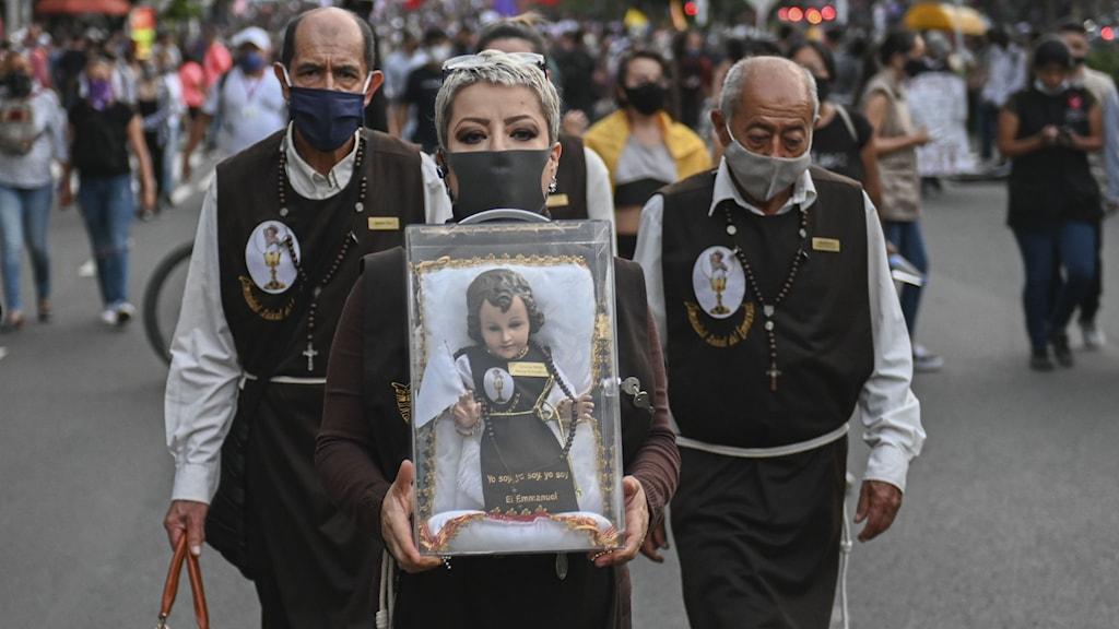 Demonstranter med en Jesusfigur.
