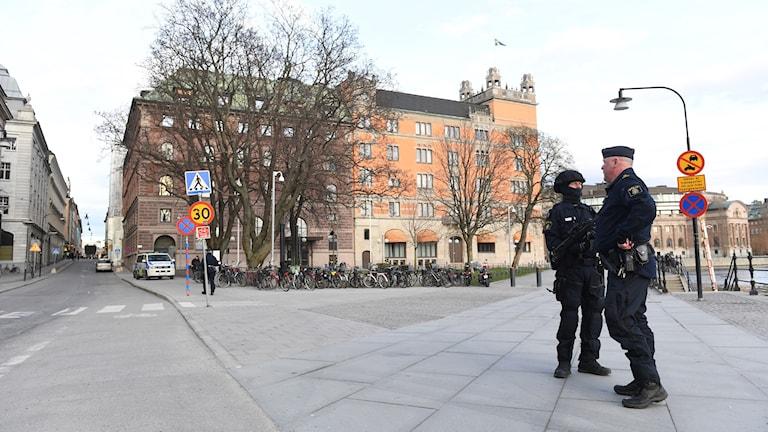 Poliser framför Rosenbad