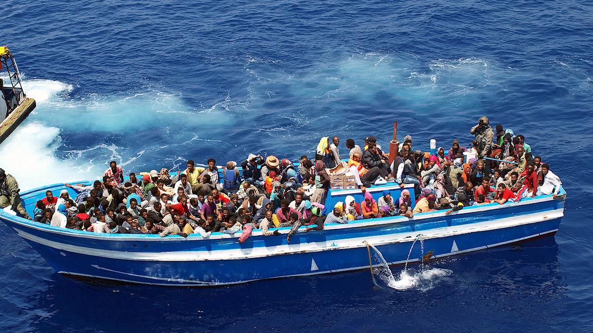 Flyktingar räddas av svenska Kustbevakningens fartyg på Medelhavet. Foto: C