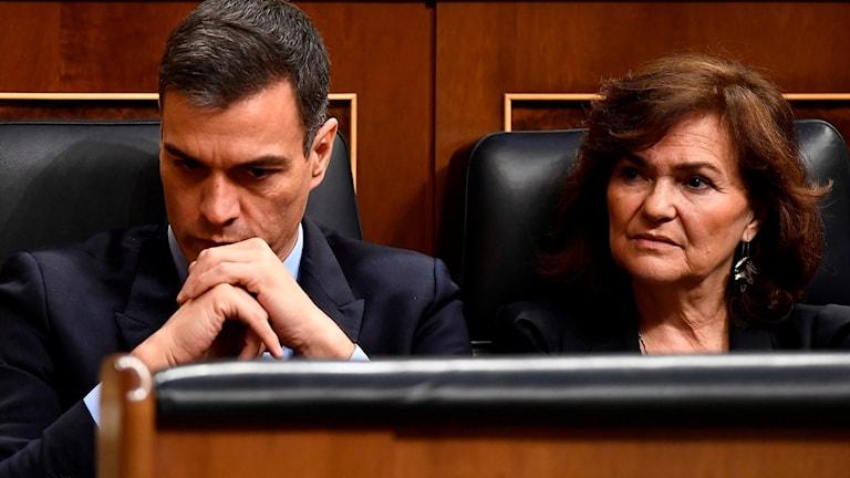 Spanska premiärministern Pedro Sanchez och jämställdhetsministern Carmen Calvo i parlamentet.