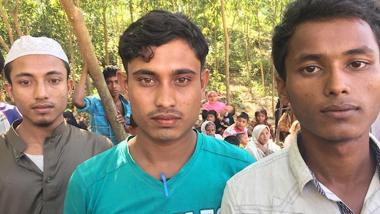 Mohammed Ayaz, i mitten, och hans två bröder såg föräldrarna dödas av Burmas militär.